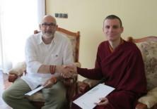 El presidente de Fundación Phi, D. Félix Balboa y el Venerable Lama Rinchen Gyaltsen, residente del Centro Internacional de Enseñanzas Budistas de Pedreguer (Alicante), Sede de Su Santidad el Sakya Trizin (Fundación Sakya)