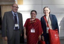 Dra. Vandana Shiva (fundadora de la Fundación para la Investigación Científica, Tecnológica y Ecológica en India), Félix Balboa y María Lezaun (Presidente-Fundador y Vicepresidenta-Fundadora de Fundación Phi)