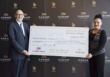 Félix Balboa, presidente y fundador de Fundación Phi, recibiendo el cheque por valor de 787,14 €