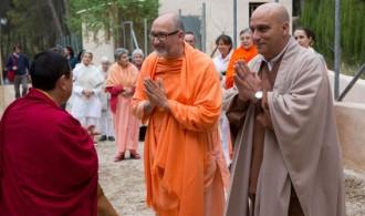 H.H. Swami Rameshwarananda Giri Maharaj y el Maestro Dokushô Villalba saludando al Lama Gyurme