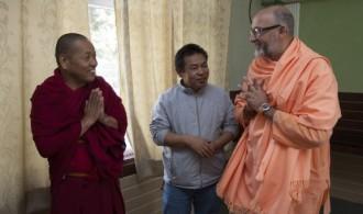 Venerable Geshe Jampel Dakpa (Rector), Passang Tsering (Secretario) y Pujya Swami Rameshwarananda Giri Maharaj