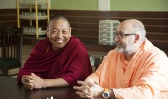 Venerable Geshe Jampel Dakpa (Rector de la Universidad) y Pujya Swami Rameshwarananda Giri Maharaj