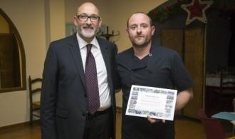 Entrega del diploma de agradecimiento por el presidente de Fundación Phi, D. Félix Balboa, al Restaurante del Club Social de la Urbanización Los Monasterios