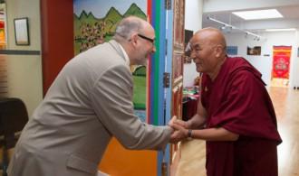 D. Félix Balboa, presidente y fundador de Fundación Phi, recibido por el lama y director de la Fundació Casa del Tibet, Venerable Thubten Wangchen