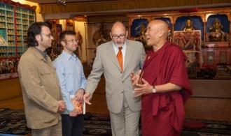 D. Félix Balboa, presidente y fundador de Fundación Phi, recibido por el lama y director de la Fundació Casa del Tibet, Venerable Thubten Wangchen, junto al Rector de la UC, José Luis Molinuevo y otros miembros de la universidad