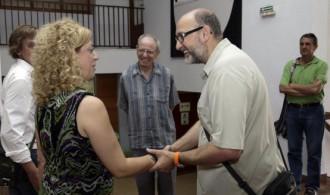 La Alcaldesa de Puzol, Merche Sanchís, recibiendo en el Ayuntamiento al Presidente de Fundación Phi, Félix Balboa, y al misionero el Padre Ángel Beceril.
