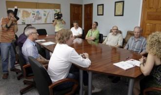 Reunidos la Alcaldesa de Puzol y otros miembros del Consistorio, con miembros de Fundación Phi, el Padre Ángel Becerril y el Padre Luis Miguel Avilés.