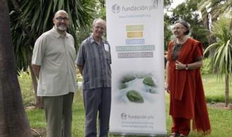 El presidente, Félix Balboa, la vicepresidenta, María Lezaun y el Padre Ángel Becerril en a sede de Fundación Phi