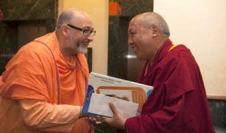 Pujya Swami Rameshwarananda Giri Maharaj con el Venerable Geshe Lhakdor (Library of Tibetan Works & Archives)
