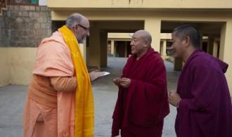 Nechung Dorje Drayangling Monastery - The Medium of Tibet's State Oracle - Venerable Thupten Ngodub con Pujya Swami Rameshwarananda Giri Maharaj