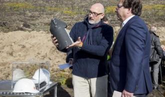 Presidente de la Junta de Extremadura, Guillermo Fernández Vara y el presidente de Fundación Phi, Félix Balboa, observando los nidos para murciélagos que próximamente serán colocados por Fundació Mediambiental
