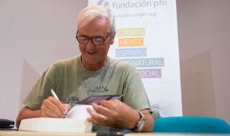 Pedro Pozas Terrados, Director Ejecutivo del Proyecto Gran Simio firmando su libro
