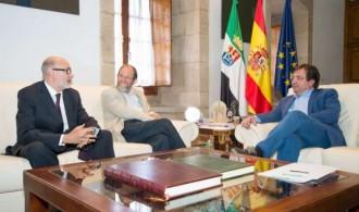 De derecha a izquierda: Presidente de la Junta de Extremadura, Gullermo Fernández Vara, Fundador y Director del Instituto Elijah para el Diálogo Interreligioso, Rabino Alon Goshen-Gottstein, Presidente y fundador de Fundación Phi, Félix Balboa