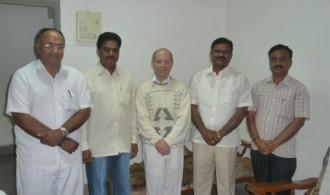 El Dr. Albert Ferrer (en el centro) junto al equipo director de la vieja Asociación SRIRED, reunidos con el parlamentario de Andhra Pradesh, Sudhakar Reddy