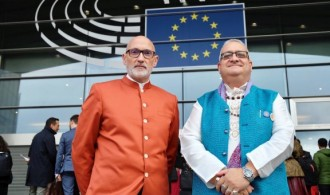 Pujya Swami Rameshwarananda Giri y Juan Carlos Ramchandani (Krishna Kripa Dasa) a la entrada del Parlamento Europeo