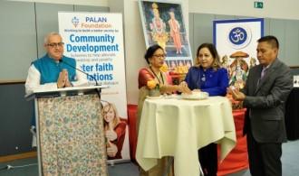 Izda a dcha: Lakshmi Vyas (presidanta del Hindu Forum), Neena Gill (europarlamentaria por Reino Unido), Dhivendra Sing (representante Embajada de la India)