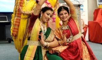 Grupo de danza bengalí en honor a la diosa Durga