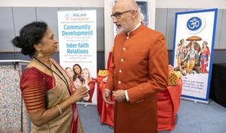 Lakshmi Vyas (presidanta del Hindu Forum) y Swami Rameshwarananda Giri