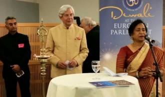 Izquierda: Geoffrey Van Orden (Delegado Relaciones con India MBE MEP). Derecha: Dr.Lakshmi Vyas (Presidenta HFE)