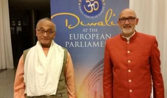 De izquierda a derecha: Amarananda Swami (asesor espiritual del HFE) y Swami Rameshwarananda Giri