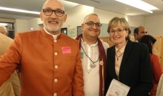 De izquierda a derecha: Swami Rameshwarananda, el Sacerdote hindú Krishna Kripa Dasa y Mairead Mc Ginness, Vice-Presidenta prmera del Parlamento Europeo
