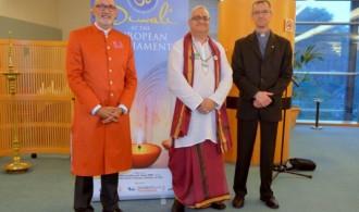 De izquierda a derecha: Swami Rameshwarananda, el Sacerdote hindú Krishna Kripa Dasa y el Padre Olivier Poquillon, secretario general de la comisión de obispos en la Unión Europea