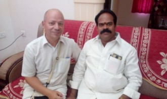 Dr Albert Ferrer con el alcalde de Puttaparthi