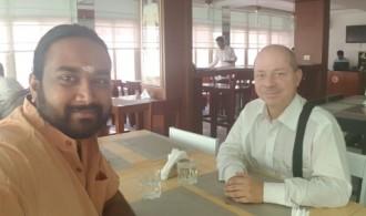 Dr Albert Ferrer, fundador y director del proyecto, con Satyam Swami en Puttaparthi, Andhra Pradesh, India