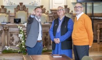 Juan Manuel Guimerans (director de asuntos culturales del ayuntamiento), Juan Carlos Ramchandani (presidente de la FHE) y Swami Rameshwarananda Giri (asesor de la FHE en relaciones con las instituciones)