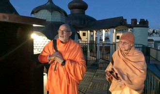 The Old Temple. Swami Rameshwarananda Giri con Swami Tattwamayananda
