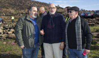 Presidente de Fundación Phi, Félix Balboa (centro), con Luís Mariano Martín Mesa, Presidente de ADISGATA (derecha) y Ilmo. Sr. Alcalde del Excmo. Ayuntamiento de Villasbuenas de Gata (izquierda)