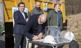 Félix Balboa, Presidente de Fundación Phi, Guillermo Fernández Vara, Excmo. Sr. Presidente de la Junta de Extremadura, Óscar Antúnez, Ilmo. Sr. Alcalde de Hoyos y Luís M. Martín Pnte. ADISGATA