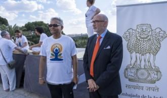 Swami Rameshwarananda junto a Sanjay Verma, Embajador de la India en España.