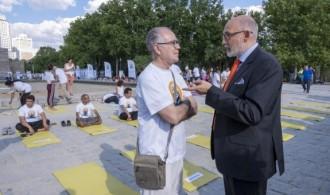 Swamiji hablando con el profesor de yoga Gopala.
