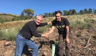 José Pablo Gadea, Patrono de Fundación Phi y Presidente de Fundació Mediambiental, junto con Bonggi R. Ibarrondo, Presidente de la Asociación Gata-Hurdes Reforest-Acción para el proyecto Octubre de Reforest-Acción