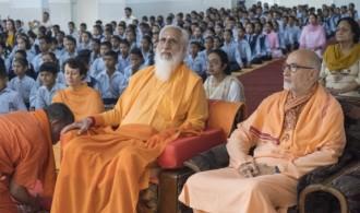 Rev. Shri Chandra Swamiji Udasin y Pujya Swami Rameshwarananda Giri Maharaj en el recibimiento organizado por el colegio Baba Bhuman Shah Vidya Mandir