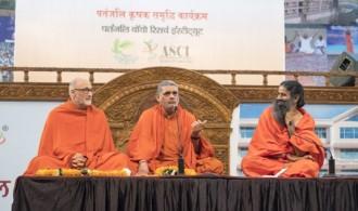 De izquierda a derecha: Pujya Swami Rameshwarananda Giri Maharaj, H.H. Swami Prem Vivekananda Udasin y Param Pujya Yogrishi Swami Ramdev Ji.