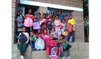 Los niños han recibido sus mochilas