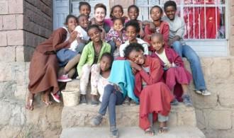 Mercedes Valle (Lalibela Food Company) con los niños y niñas