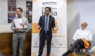 Guillermo Rodriguez, director de Casa de la India y Suman Shekhar, tercer secretario de la Embajada de la India durante la persentación.