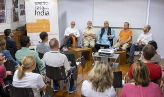 El público estuvo muy atento durante las intervenciones de los autores.