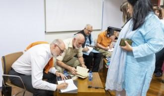 Firma de Veda dárshana por parte de los autores.